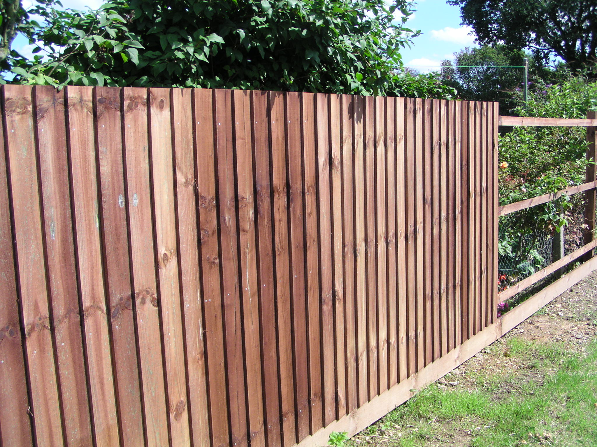 Feather edge boards kebur for Wooden garden fence
