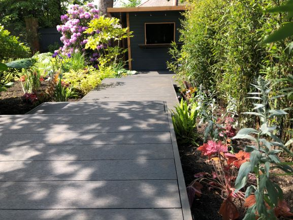 Saige Contemporary Composite decking in Charcoal courtesy of TAW Garden Landscapes