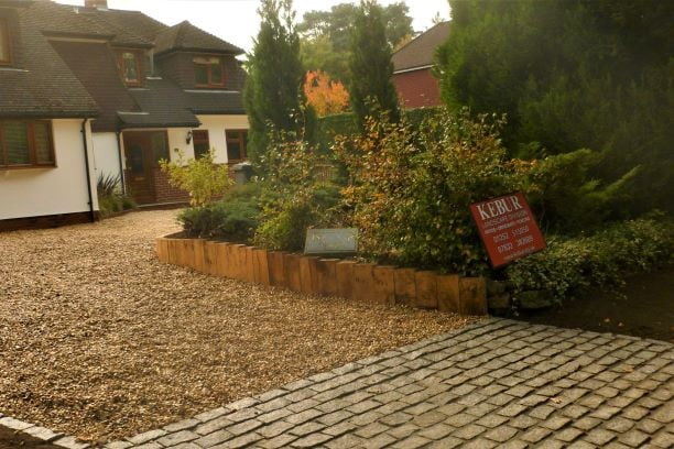 Gravel driveway with planting and setts